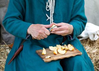 Frau schält Apfel