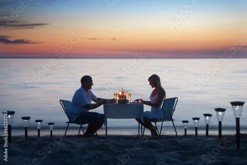Młoda para dzieli romantyczną kolację ze świecami