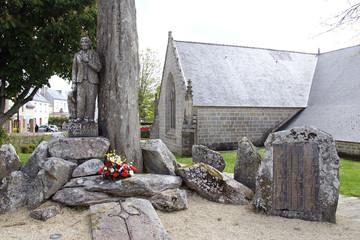 kirche und gedenkstätte in plozévet, bretagne