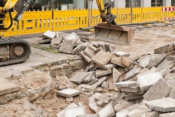 Strassenbau - Entfernung alter Gehwegplatten aus Beton