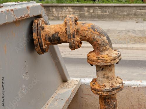 Stahlschrott - Ein altes Rohr aus Eisen in einem Container - 66225386