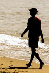 Hombre caminando por la orilla de la playa