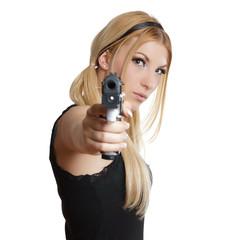 Frau zielt mit eine Waffe