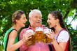 Im Biergarten - Freunde trinken Bier in Bayern