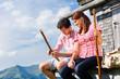 Alpen - Mann und Frau vor Almhütte in Tirol