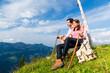 Alpen - Paar rastet beim wandern in den Bergen