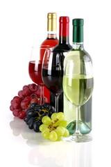 Bottiglie di vino con calici e uva