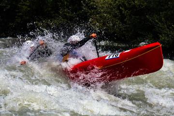 canoa sulle rapide di un torrente
