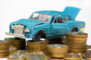 Разбитая модель автомобиля на монетах