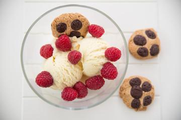 Vanilleeis mit Cookies und Himbeeren