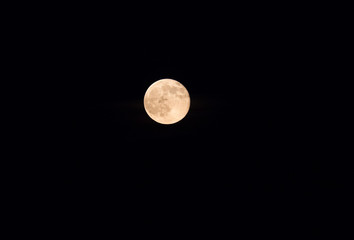 Pleine lune sur fond noir