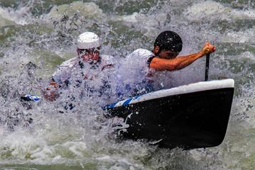 canoa attraversa le rapide di un torrente