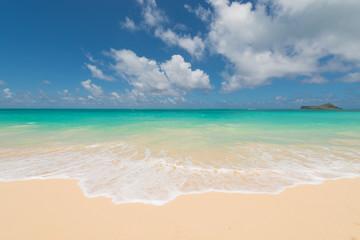 白い波と青い海と青空