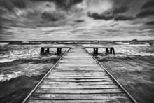 Vieille jetée en bois pendant la tempête sur la mer. Ciel dramatique