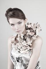 Портрет девушки в патье из газет