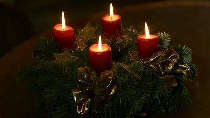 Adventskranzes mit brennenden Kerzen
