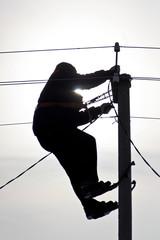 электрик на высоковольтном столбе в когтях