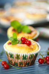 cheese muffins with red currants