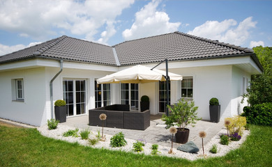 Bungalow - Haus - weiss- Terasse - Sommer