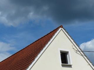 Helle Fassade mit spitzem Giebel in Oerlinghausen bei Detmold