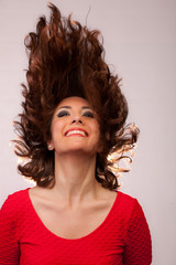Ragazza mora sexy con i capelli al vento