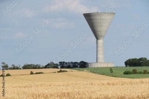 Fotobehang Kanaal Charente-Maritime - Château d'eau et champ de blé