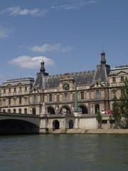 Museo del Louvre y rio Sena en París