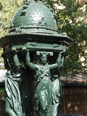 Fuente urbana en París