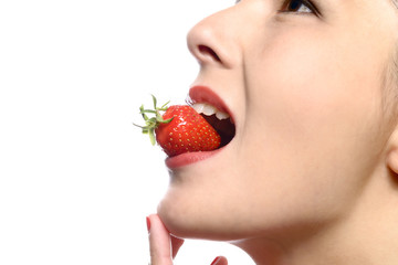 Junge Frau isst eine reife Erdbeere