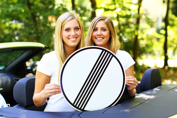 junge Frauen mit Verkehrszeichen