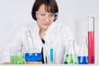 chemie-studentin im labor