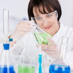 laborantin arbeitet mit verschiedenen chemikalien