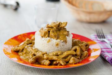 Straccetti di suino al curry accompagnati da riso basmati