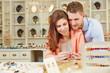 Paar kauft Schmuck beim Juwelier