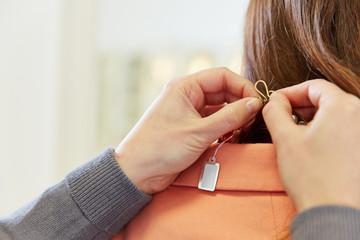 Preisschild an Halskette beim Juwelier