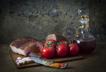 Натюрморт с помидорами и салом.