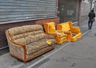 Canapé et fauteuils jetés dans la rue.