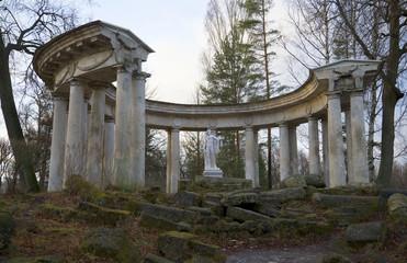 Вид на колоннаду Аполлона пасмурным ноябрьским днем. Павловск