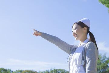 空を指差す看護士