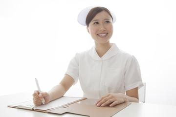 カルテに書き込む看護士