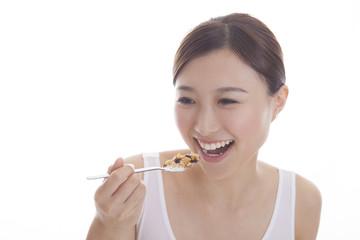 朝食を食べようとする女性