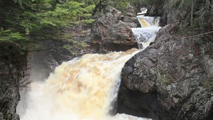 Wasserfall und Schnellen in einer Schlucht