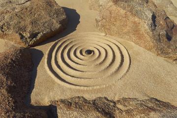 Zen Spirale zwischen Felsen