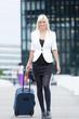 Junge Geschäftsfrau auf Geschäftsreise