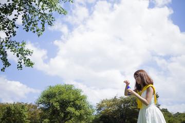 シャボン玉で遊ぶ女性