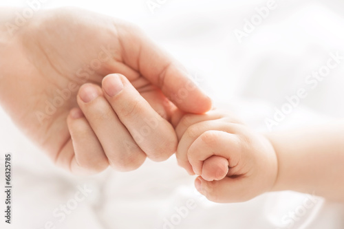 canvas print picture Hand of the child in a hand of mother