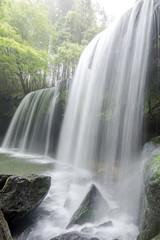 霧の中の鍋ヶ滝