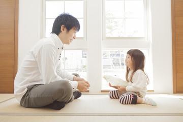 父親とプレゼントを持つ女の子