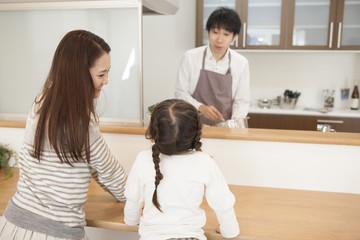 料理をする父と家族