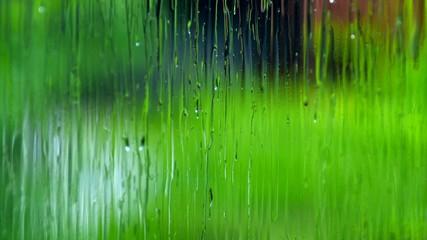 窓ガラス越しの雨_01